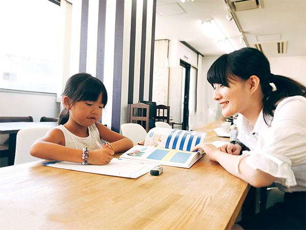女性専用学習塾シードハウス横浜東口ブルーコンパス校定額で5教科対応、英会話、プログラミングが学べる