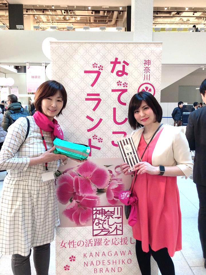 2018年認定商品「KAPAPA」を製造・販売する、HOLUDONA株式会社 代表取締役 和田美香さんと記念撮影
